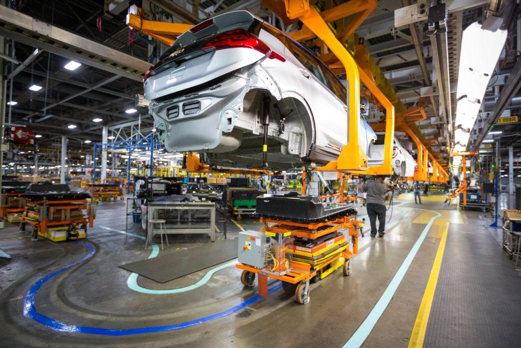 """Hier werden Batterie und Karosserie des Opel Ampera-e """"verheiratet"""""""