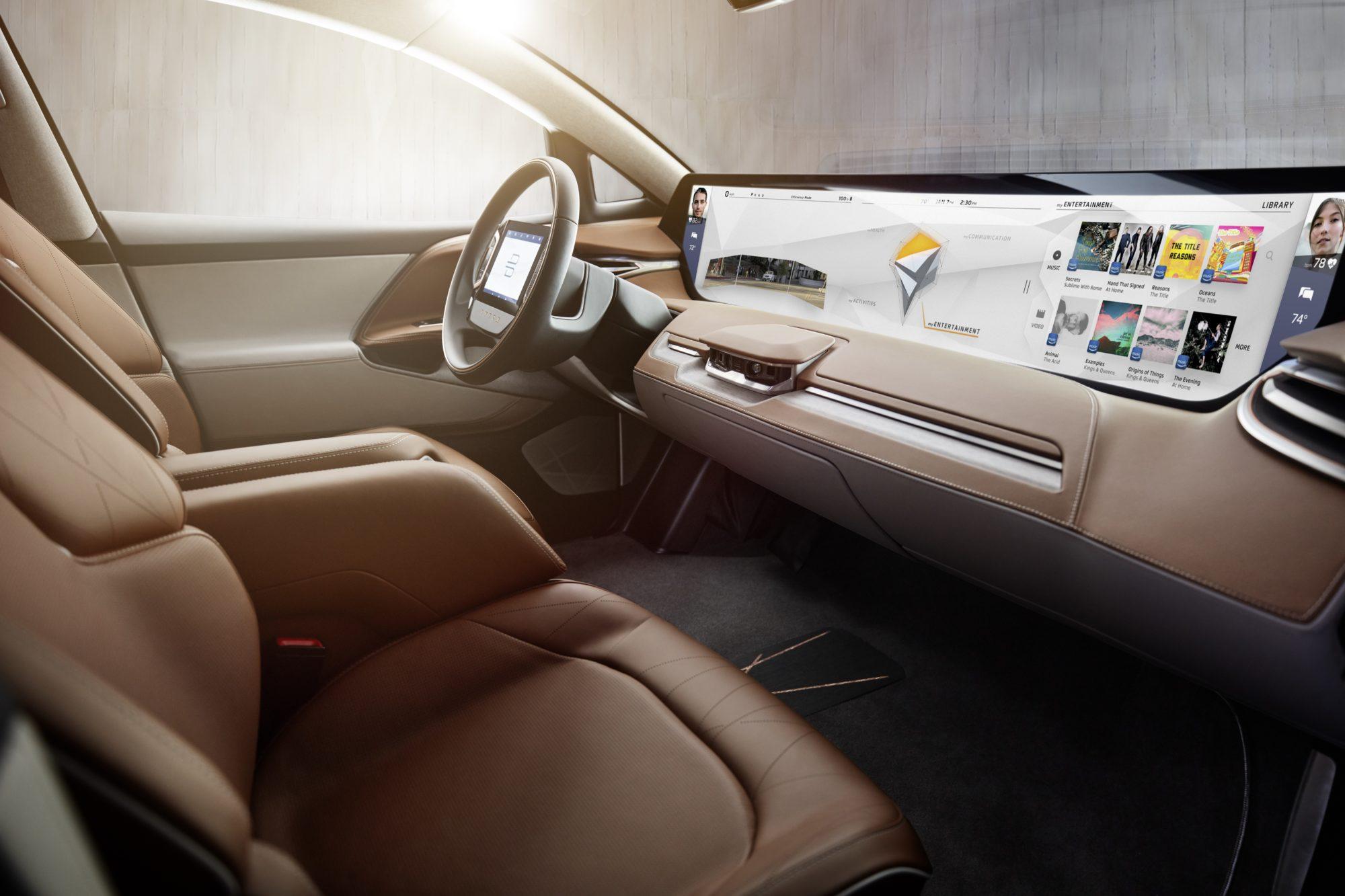 Im Interieur dominiert der 1,25m breite und 25cm hohe Bildschirm. Der Fahrer hat zudem einen Touchscreen im Lenkrad zur Verfügung