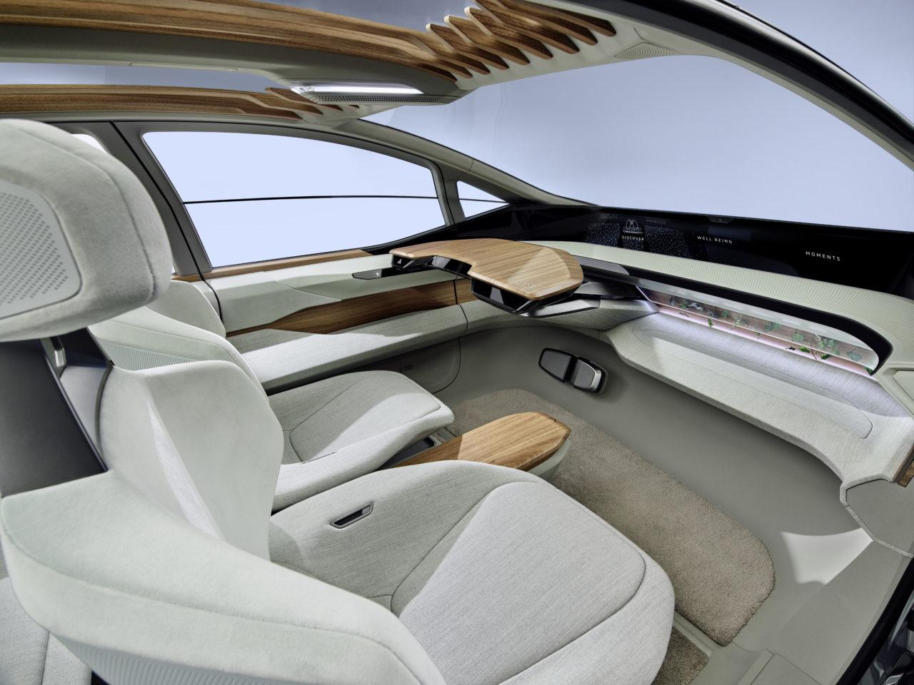Da der Audi AI:ME gezielt auf den Einsatz in der Stadt zugeschnitten ist, komme es weniger auf hohe Reichweiten als auf eine gut nutzbare Einsatzzeit ohne Ladestopps an