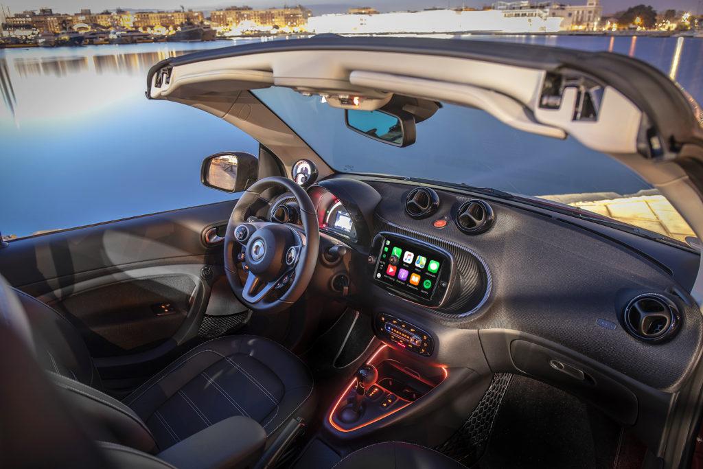 Der Monitor im smart wächst in der Diagonale um einen Zoll und kann endlich Apple CarPlay und Android Auto