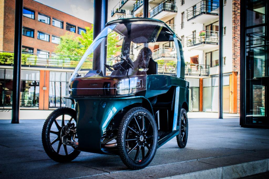 Zeigt das CityQ Bike in städtischer Umgebung von Vorne