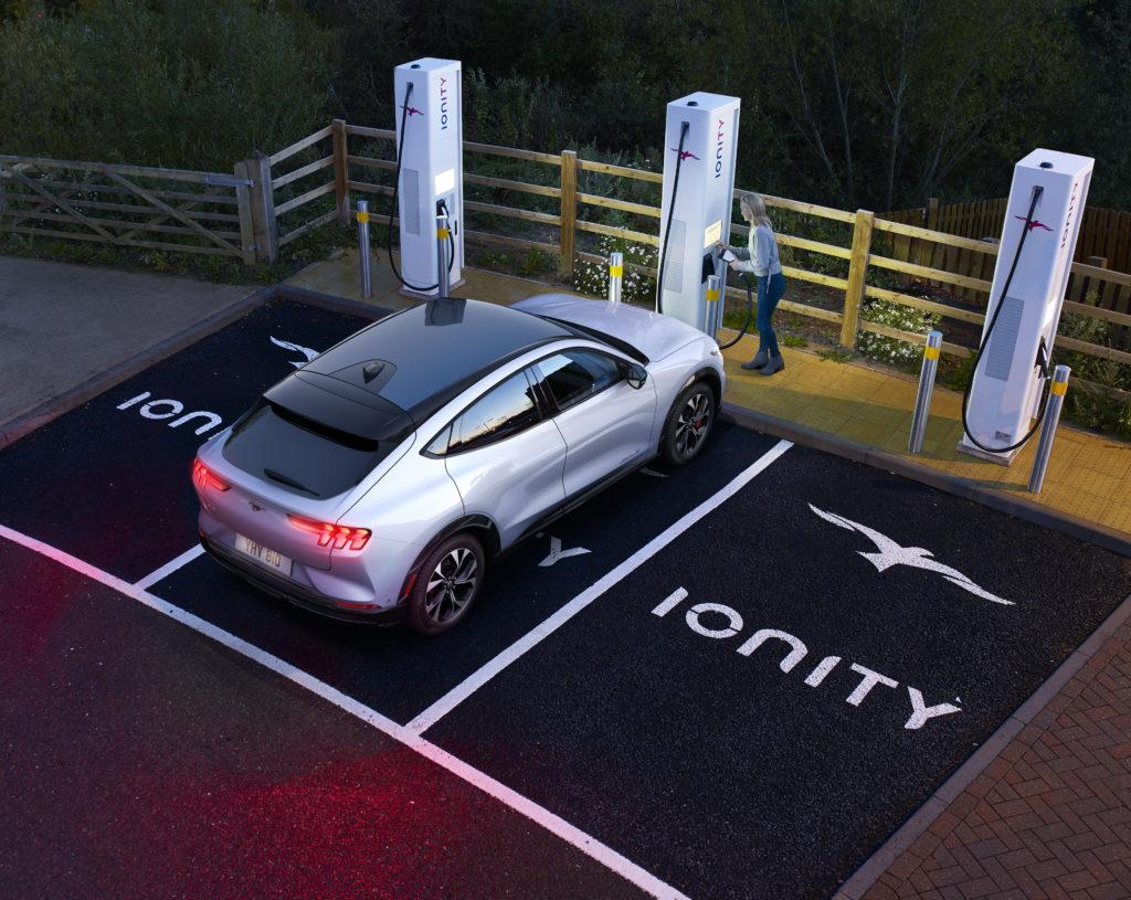 Mach-E Fahrer können durch Ionity Ladesäulen ihren Ford noch schneller laden.