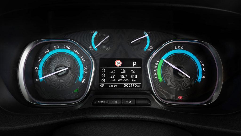 Das einfache und übersichtliche Armaturenbrett des Opel Vivaro-e.