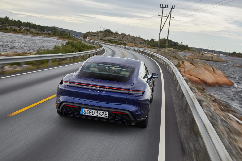 Der Porsche Tycan Turbo ist ein Auto, dass man unbedingt sportlich fahren will.