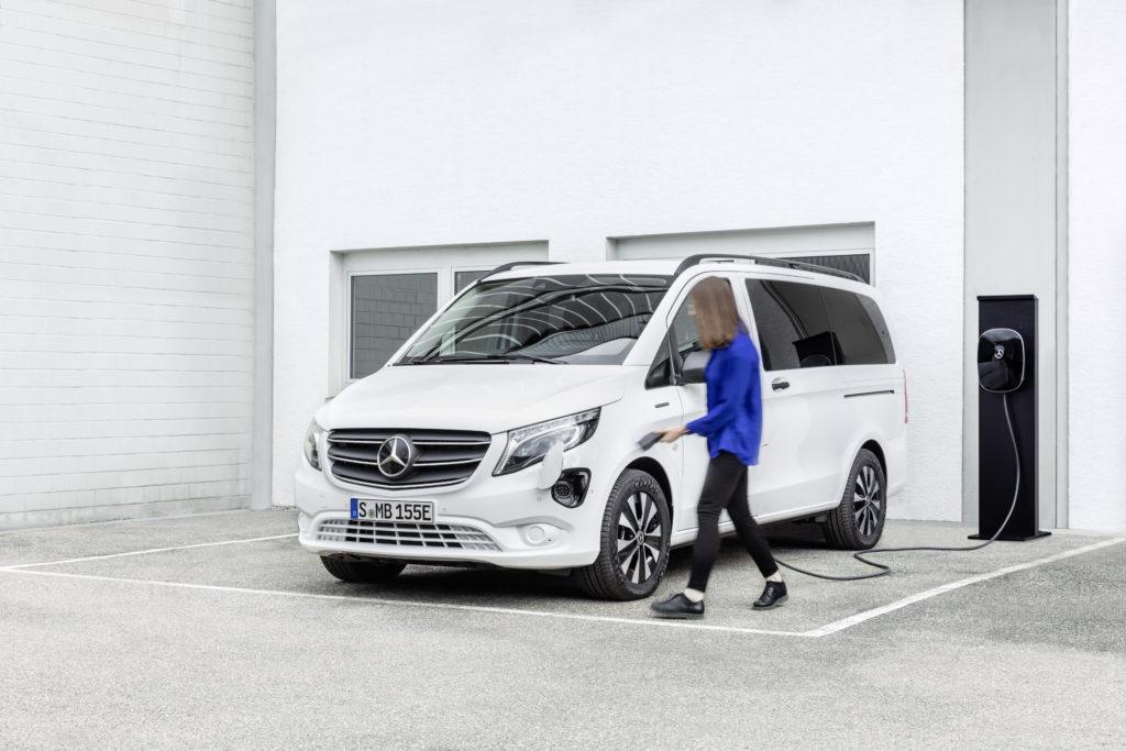 Der Mercedes-Benz eVito Tourer kann per AC mit 11 kW geladen werden, an DC beträgt die Ladeleistung serienmäßig 50 kW, optional sind 110 kW möglich