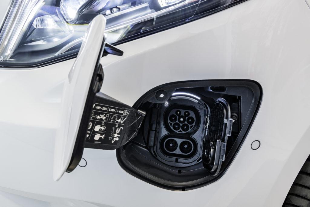 An AC lädt der eVito serienmäßig mit 11 kW, an DC mit 50 kW, optional können es auch 110 kW sein
