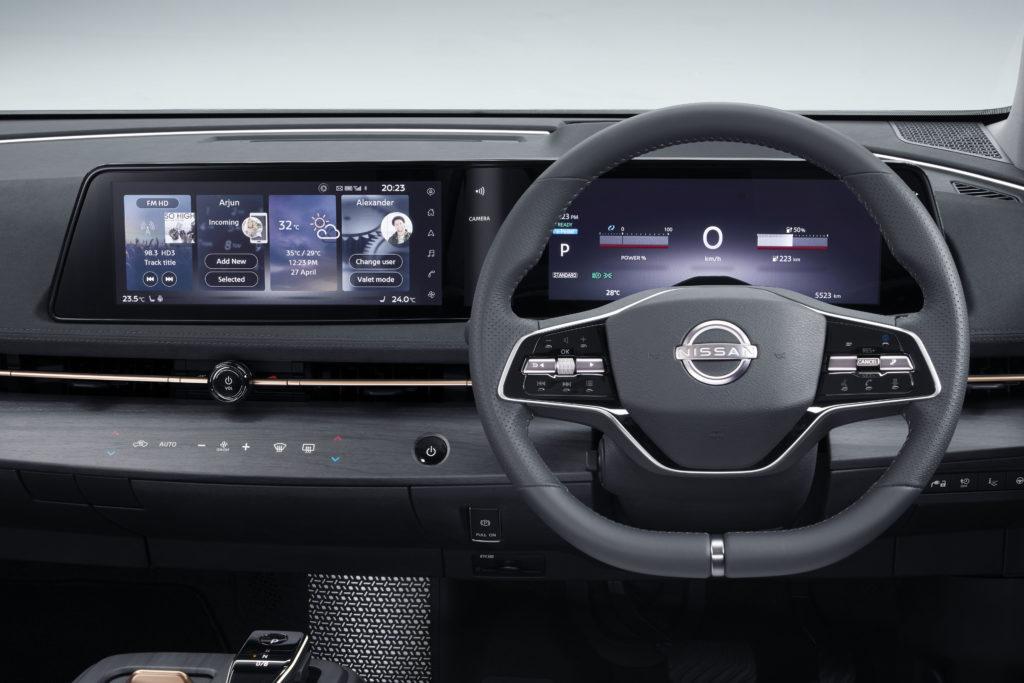 Zwei große Bildschirme mit jeweils 12,3 Zoll sorgen im Nissan Ariya für Überblick, auch für die Passagiere