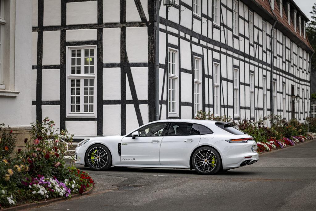 Porsche Panamera von links hinten dargestellt