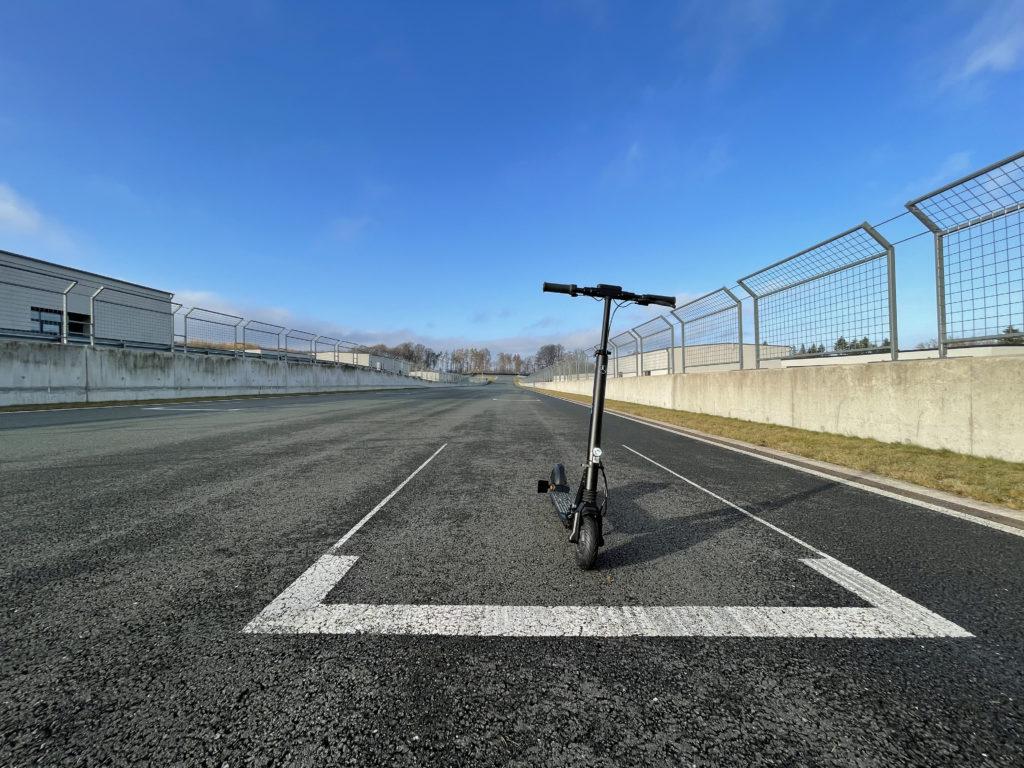 Mercedes Benz E-Scooter auf der Bilster Berg Rennstrecke
